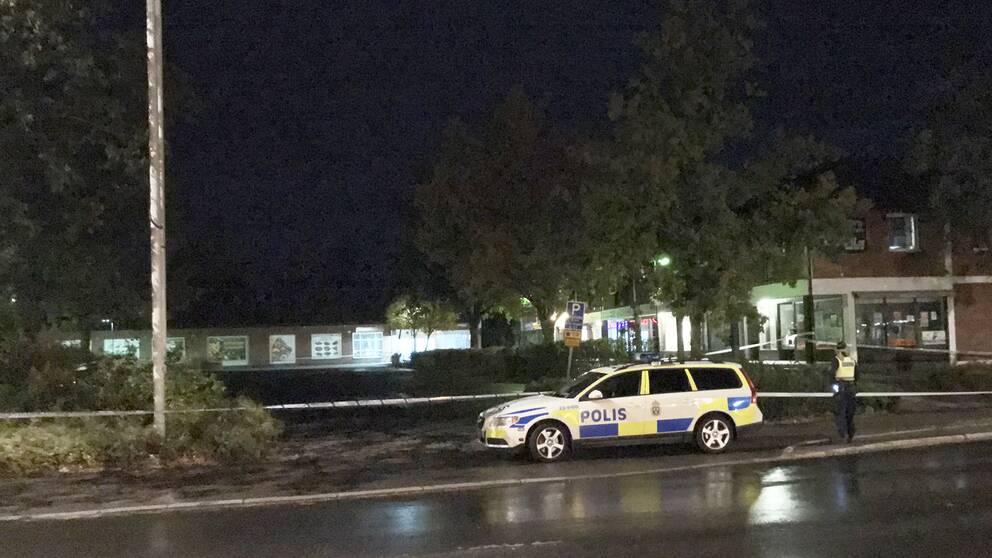 Polisen spärrade av ett område vid Skranta torg i Karlskoga under söndagskvällen