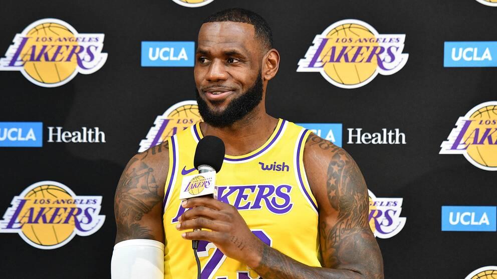 LeBron James under sin presskonferens i Los Angeles Lakers.