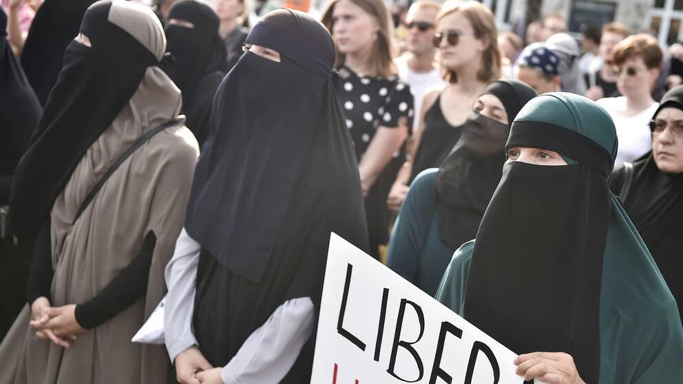 Den anmälda poliskramen utdelades i samband med en demonstration mot det danska förbudet mot burka och niqab, som hölls i augusti.