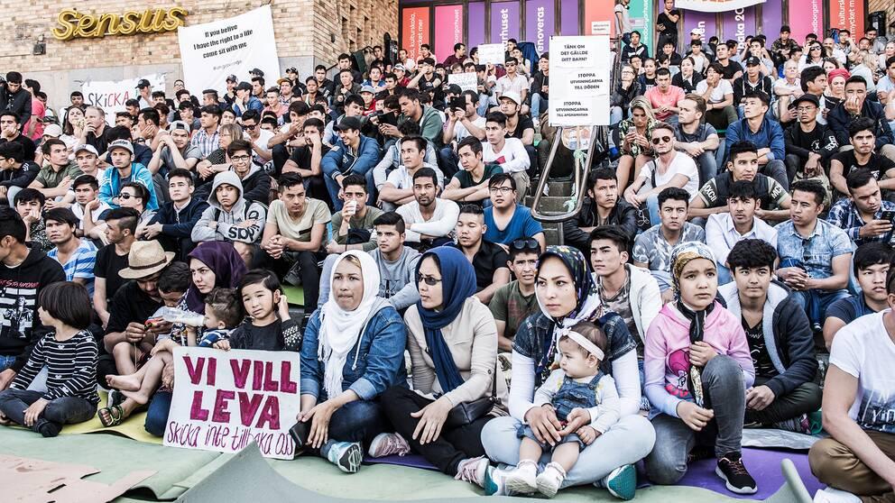 Ensamkommande asylsökande manifesterar på Medborgarplatsen för att stoppa utvisningarna till Afghanistan i augusti 2017.