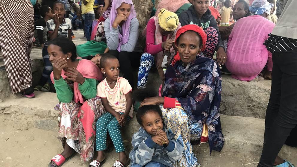 En kvinna och hennes barn som tagit sig över gränsen till Etiopien.