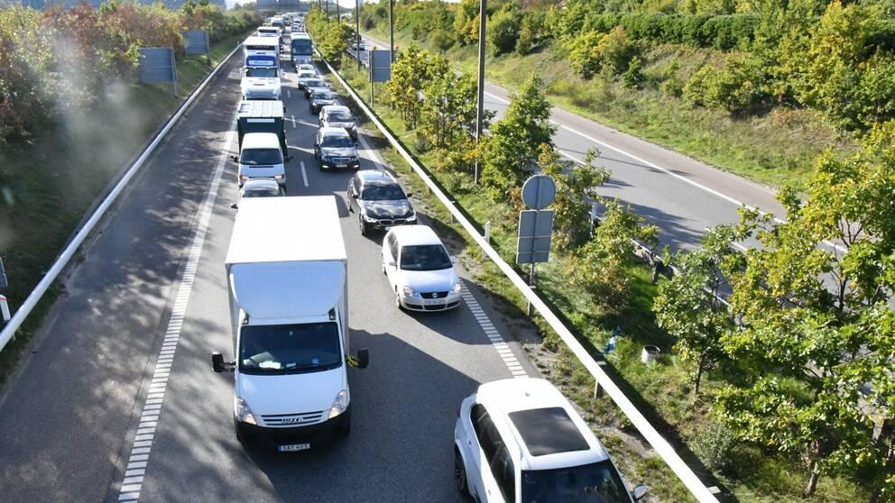 – Polisen har upprättat vägspärrar i höjd med Kastrup och kontrollerar alla fordon som åker mot Sverige, sa SVT Nyheters utsände Mikael Nilsson på fredagen.