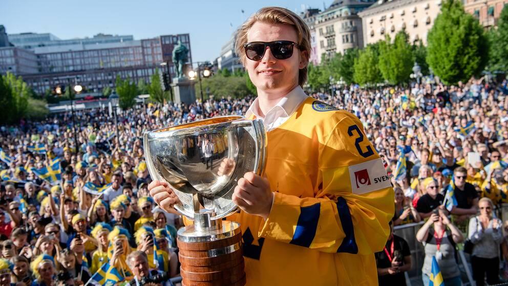 Lias Andersson firar VM-guldet i Kungsträdgården dagen efter finalen.