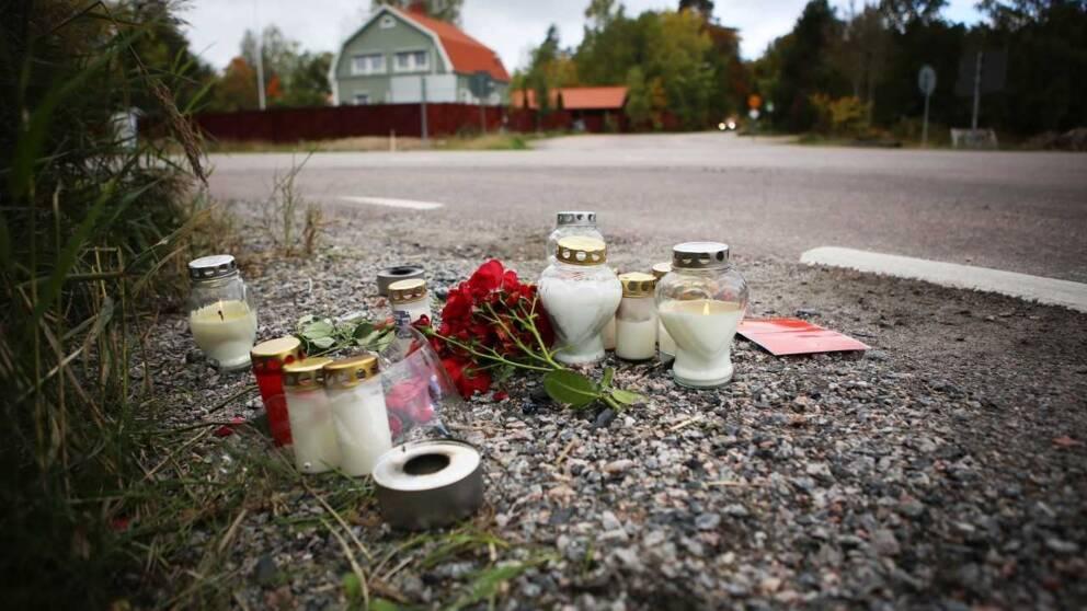 Blommor och ljus i vägrenen vid Hammarbykorset.