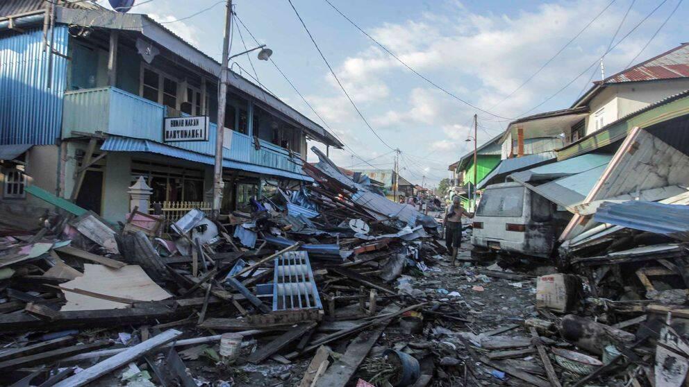 Bilden visar förödelsen efter tsunamin som slog in över Indonesien.