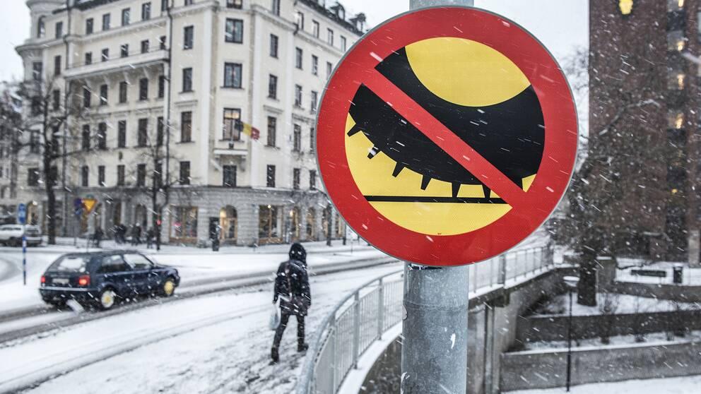 Bild på skylt som förbjuder dubbdäck.