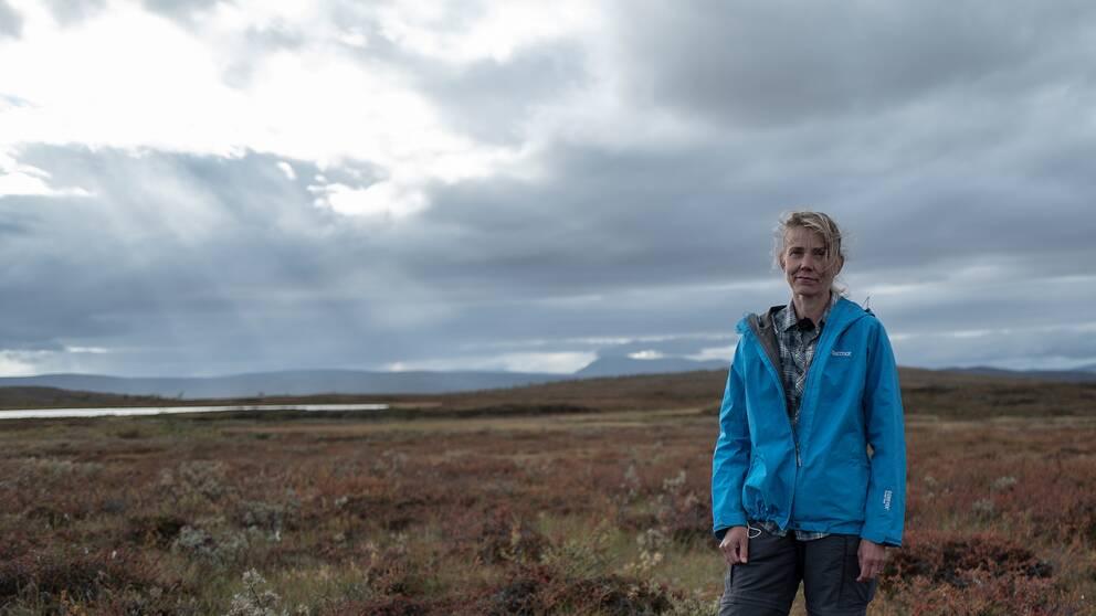 """""""Temperaturen i marken där vi står är bara strax under noll grader. Så isen här inne håller på att smälta"""", säger Britta Sannel."""