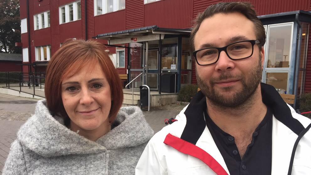 Wendla Thorstensson (C) och Berth Falk (S) utanför kommunhuset i Fjugesta.