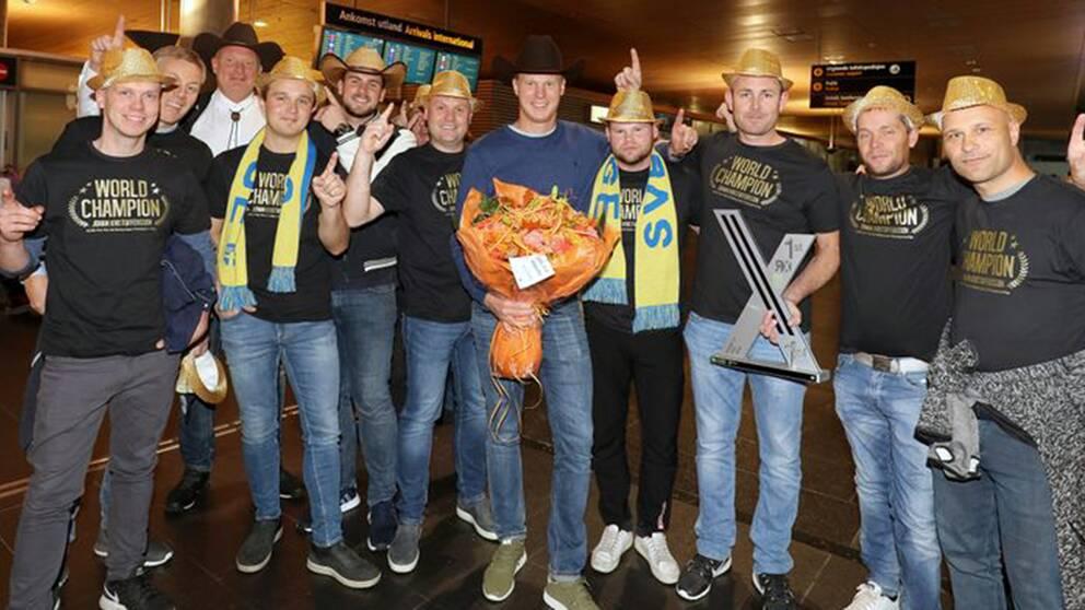 Rallycrossmästaren Johan Kristoffersson fick ett guldglittrande välkomnande på Gardemoens flygplats på tisdagen. Vänner, kollegor och sponsorer överraskade VM-vinnaren.