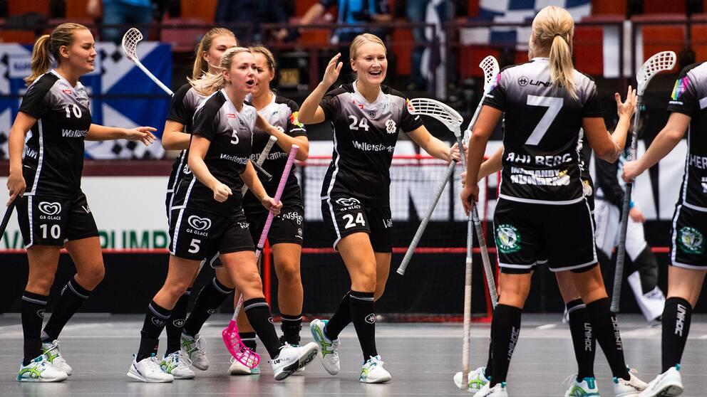 IBK Göteborgs Sara Johnsson (mitten) jublar med lagkamrater efter att hon gjort 5–5.