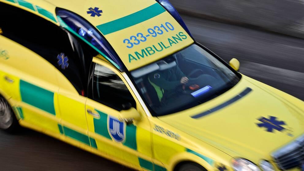 En till sjukhus efter ambulanskrock