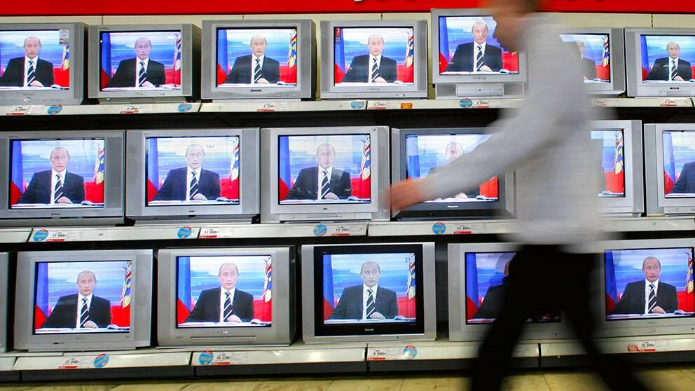 Rysslands president Vladimir Putin på flera tv-skärmar.
