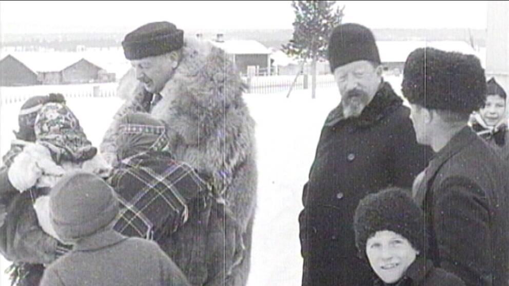 Hjalmar Lundbohm står i stor päls tillsammans med samer i snöigt landskap