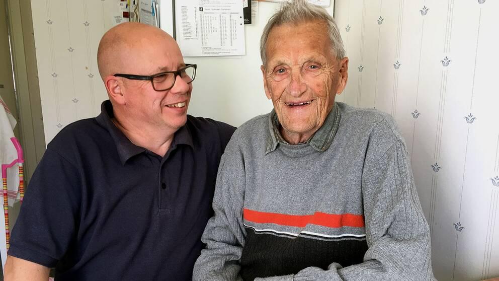 Undersköterskan Thomas Lundmark och Sven Skalin