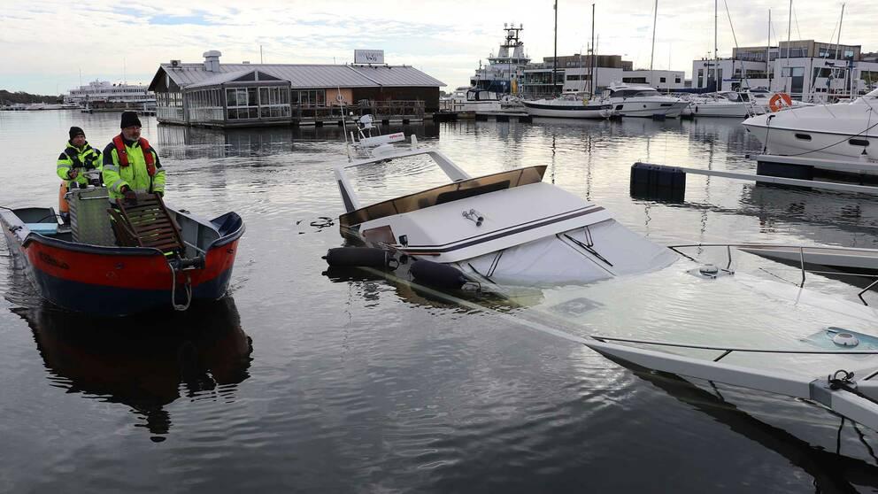 En 12 meter fritidsbåt sjönk under torsdagen i Karlskronas hamn.