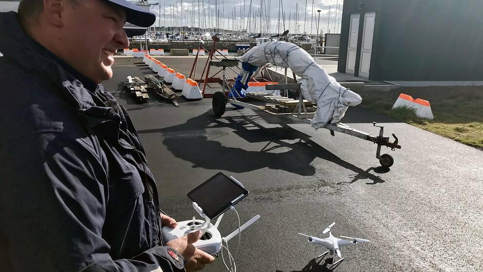 Fiskerikontrollant Daniel Johansson tycker att arbetet går snabbare nu.