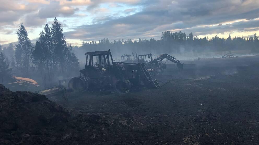 utbrända arbetsmaskiner på förkolnad mark