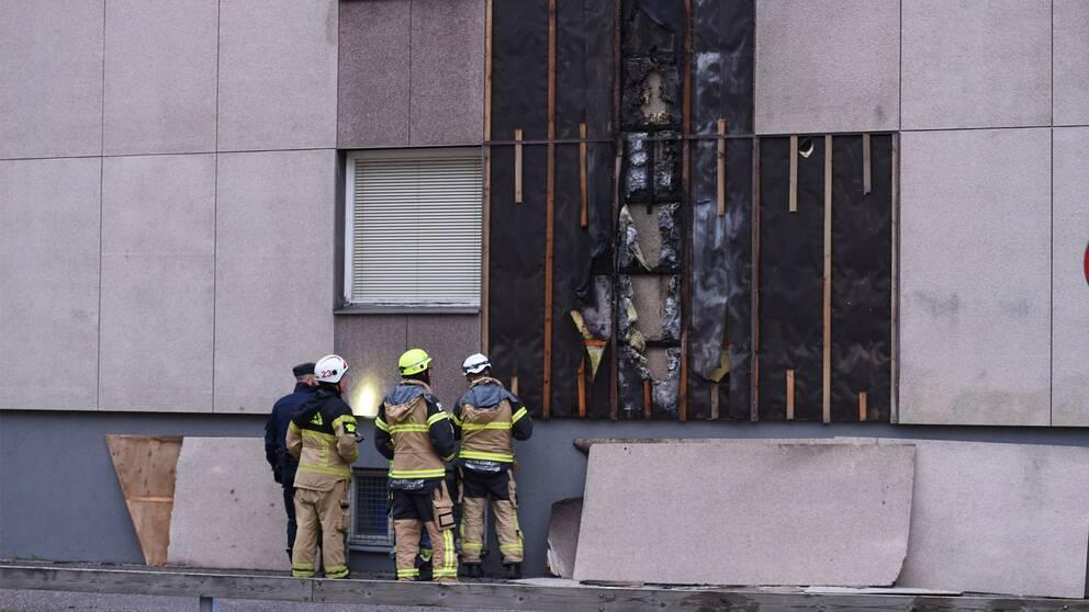 Skador efter brand på fasad på ett flerfamiljshus