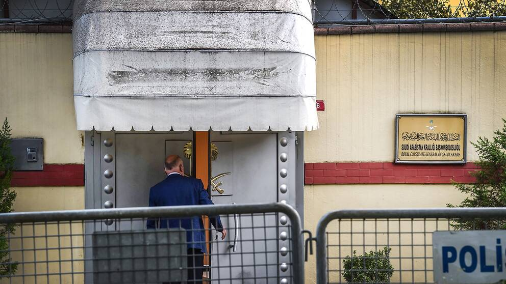 En anställd vid det saudiska konsulatet i Istanbul går in genom konsulatets entré.