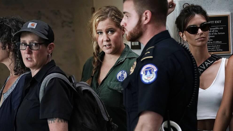 Amy Schumer (grön skjorta i mitten) deltog i protestaktionen mot HD-domarkandidaten under torsdagen.