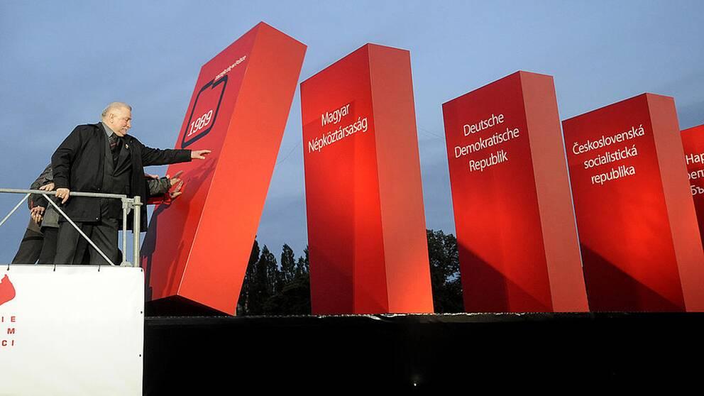 Fredspristagaren Lech Walesa var en av de viktiga politiska aktörer som fick kommunismen att falla. När man firade 20 år sedan Berlinmurens fall fick Walesa knuffa den första dominobrickan som symboliskt visade hur länderna i det kommunistiska östblocket föll 1989.