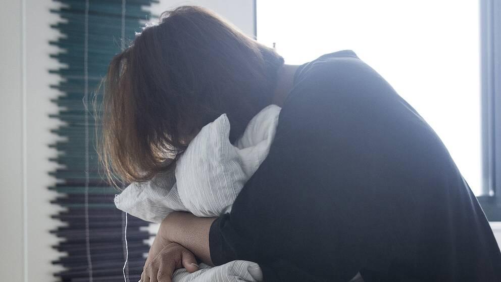 Kvinna lider av psykisk ohälsa.
