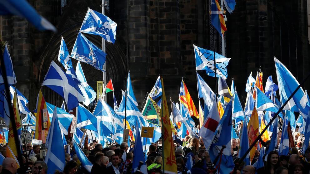 Skottar marscherar i Edinburgh.