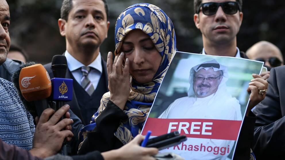 Tawakkol Karman, som vann Nobels fredspris 2011, möter journalisterna när hon protesterar utanför Saudiarabiens konsulat. På bilden hon håller i Jamal Khashoggi som tros ha mördats där inne.
