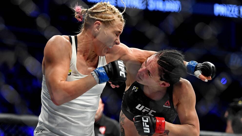 Lina Länsberg (höger) och ryskan Jana Kunitskaja (vänster) under nattens UFC-fajt i Las Vegas.