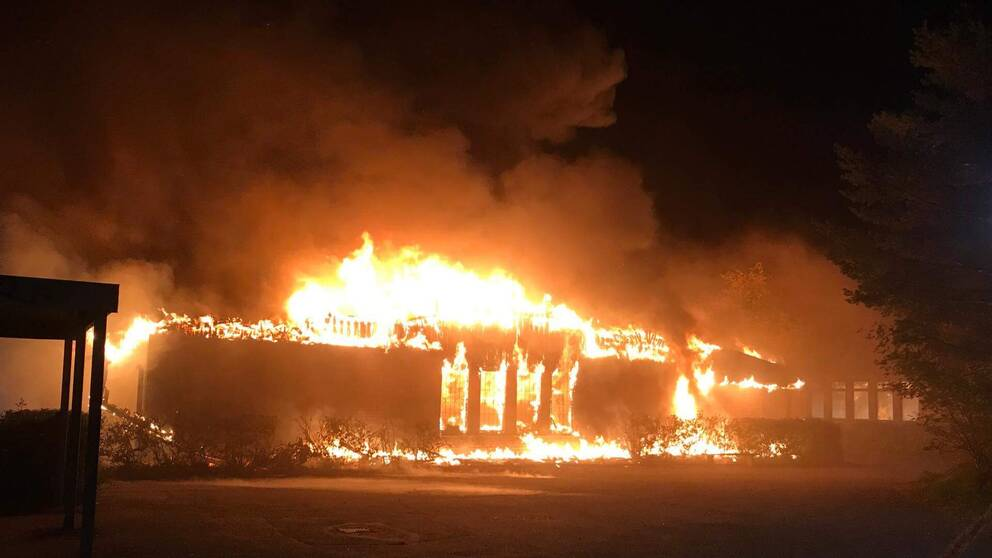 Minst en av skolbyggnaderna väntas brinna ner till grunden.
