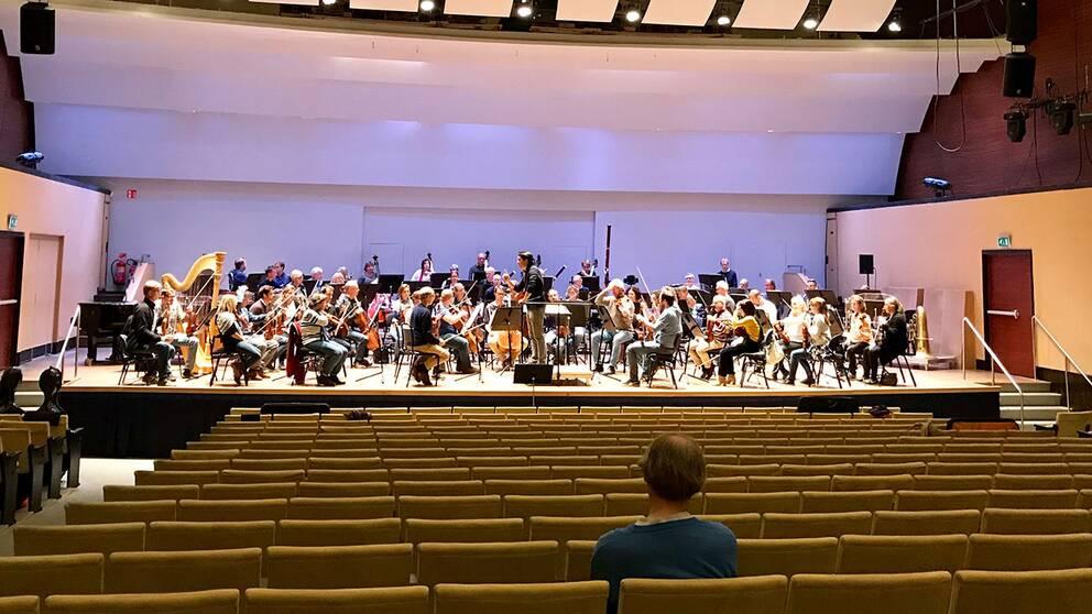 Konsertsalarna riskerar att stå stå tommare och tommare om man inte når en ny publik.