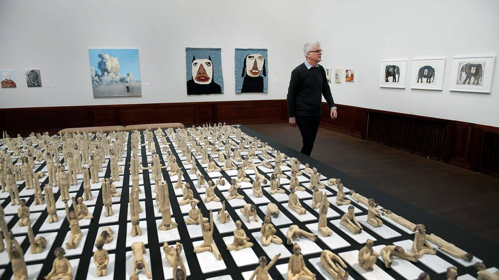 """Konsthallschef Mårten Castenfors visar runt under Vårsalongen 2018. På bilden konstverket """"Andas in, andas ut. Ett år med Yoga"""" av Stefan Bennedahl."""