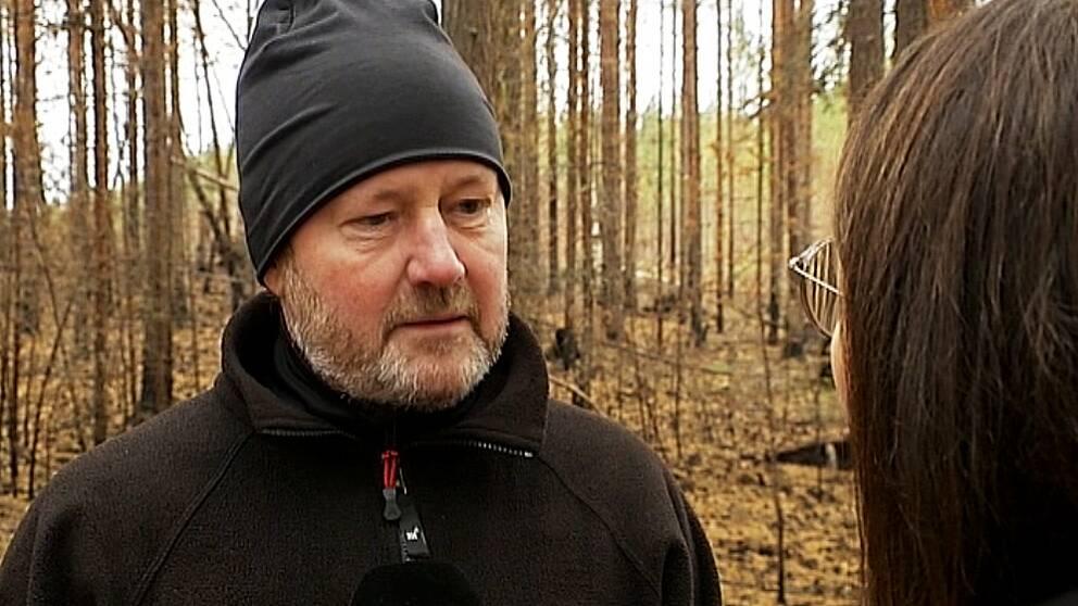 Rolf Sundell, markägare. Har svart mössa och en svart jacka på sig.