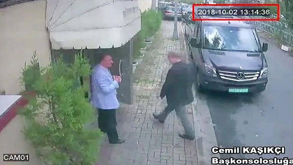 Bilden som den turkiska tidningen Hurriyet tagit del av visar den saudiske journalisten Jamal Khashoggi på väg in på det saudiska konsulatet.