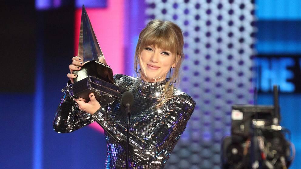 Taylor Swift tog emot pris som årets artist under AMA-galan, natten till onsdag.