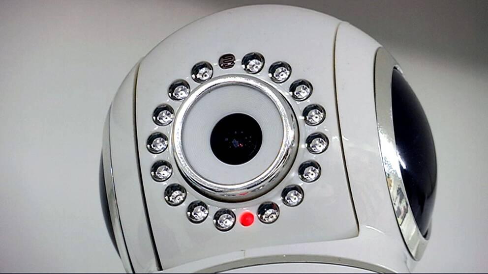 En rund, vit kamera som hemtjänsten använder för tillsyn nattetid.