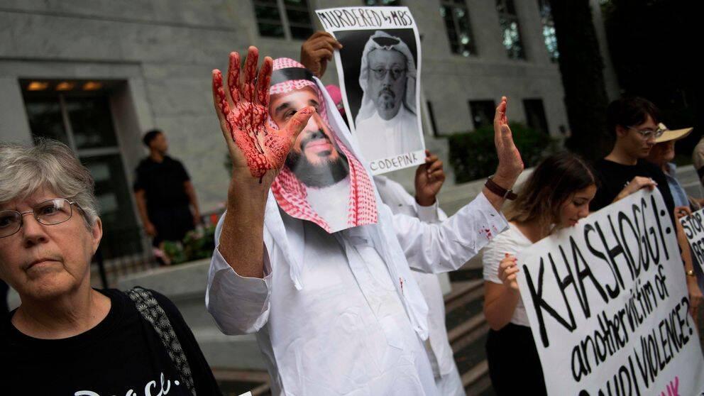 Utklädda till Saudiarabiens kronprins Mohammed bin Salman med blod på sina händer, visar demonstranter vad de tror har hänt journalisten Khashoggi.
