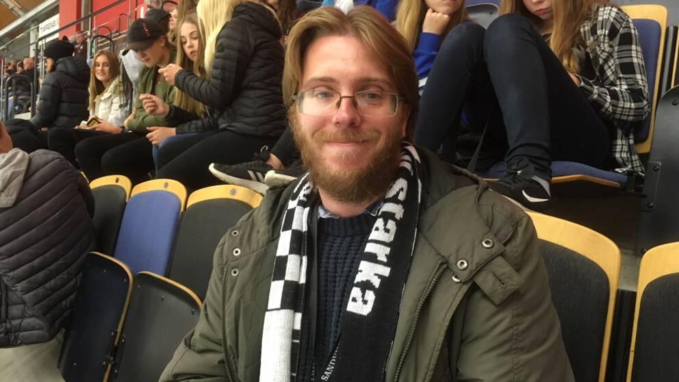 Rob Williams, har skägg och glasögon.