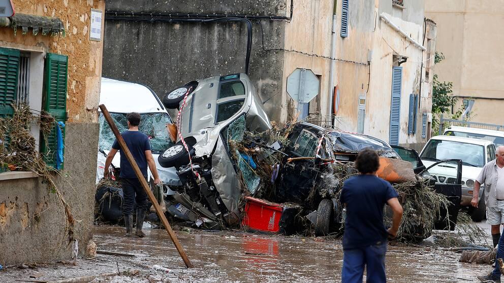 Kraschade bilar på en gata i Sant Llorenç.