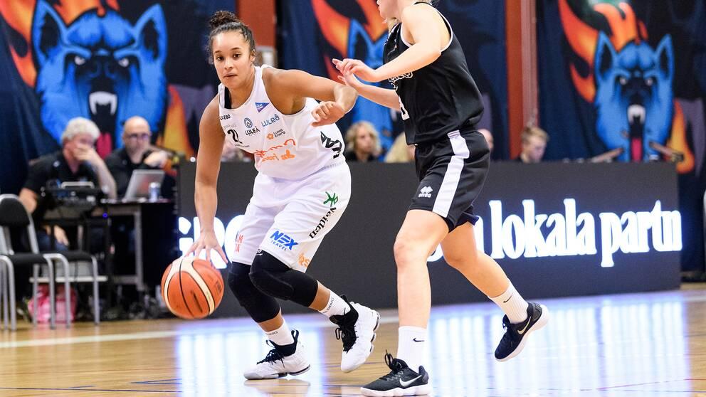 Michaela KK Houser, i vitt, gjorde 28 poäng för Luleå.