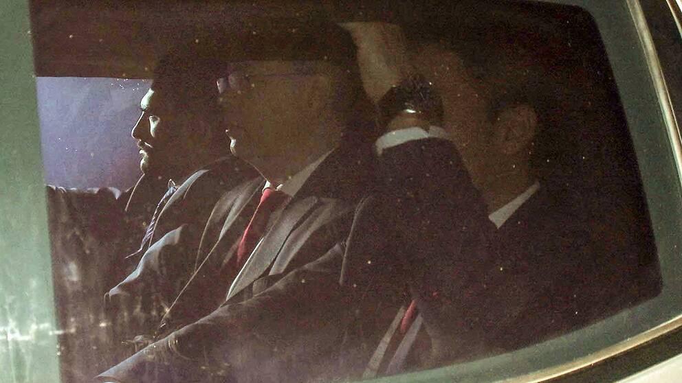 Den amerikanske pastor Andrew Brunson (i mitten) eskorteras av polisen på väg till domstol