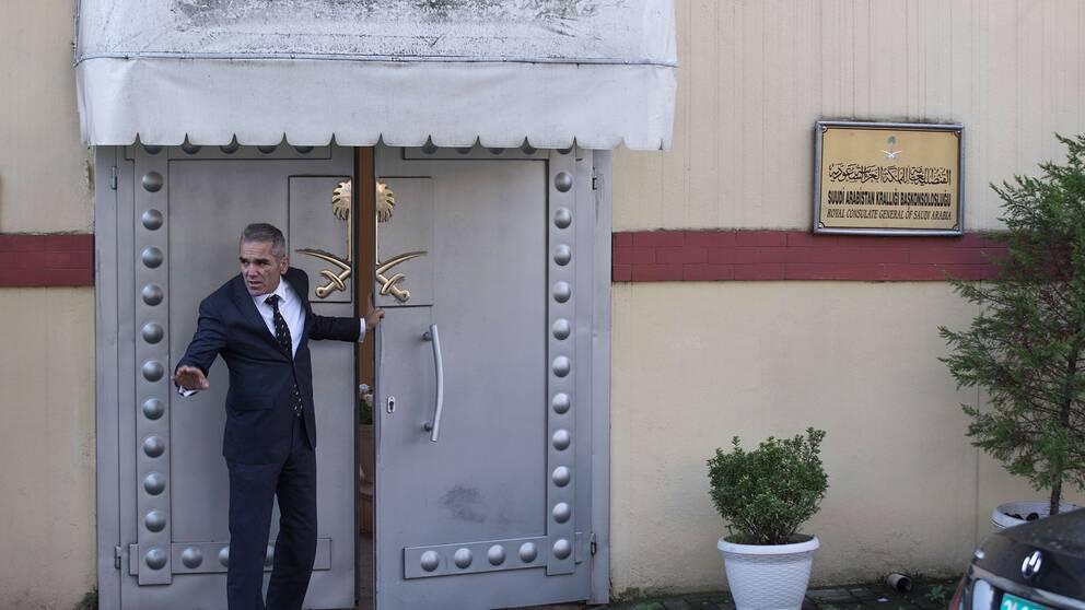 En säkerhetsvakt utanför det saudiska konsulatet i Istanbul