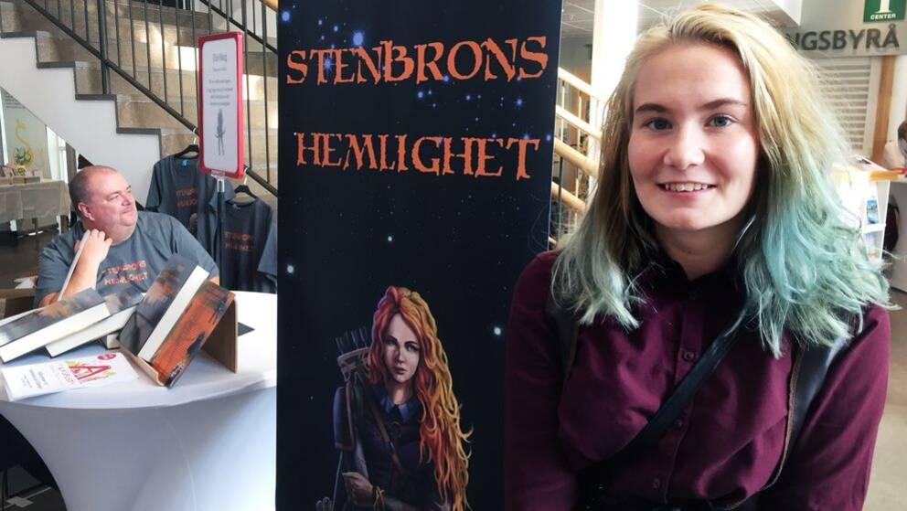 Tina Gunnarsson gestaltar huvudkaraktären Agnes från Stenbrons hemlighet. Boken är skriven av Johan Wren, längst till vänster i bild.