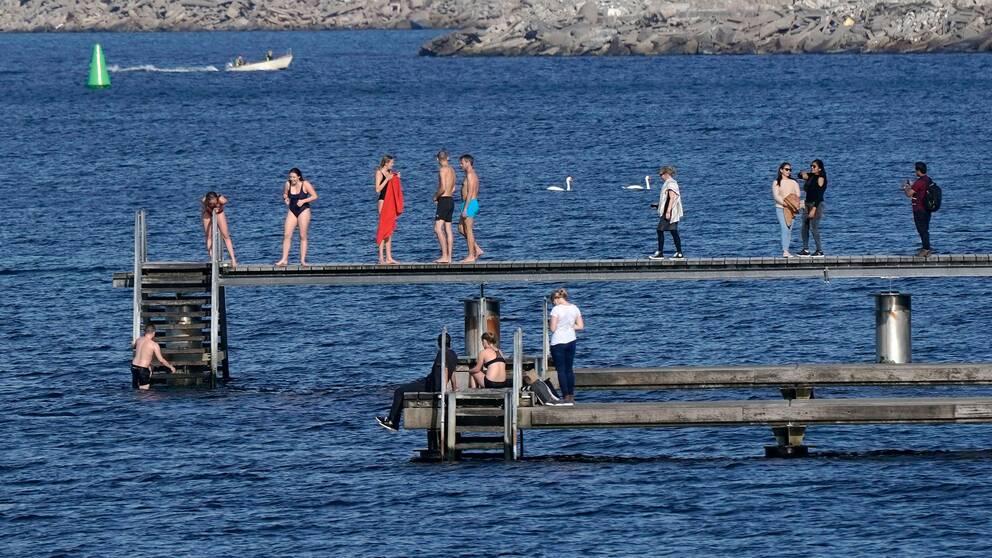 Badande människor på Scaniabadet i Malmö under lördagen