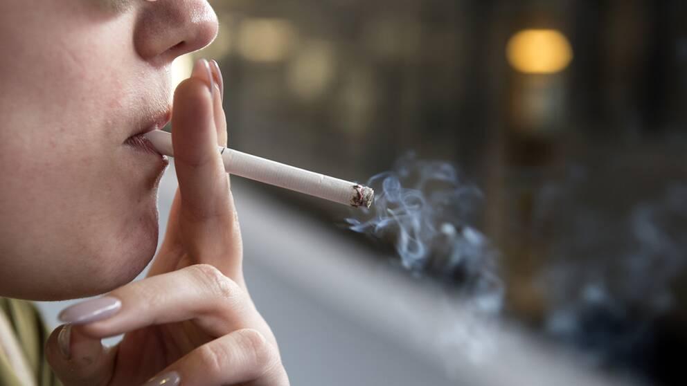En kvinna röker.