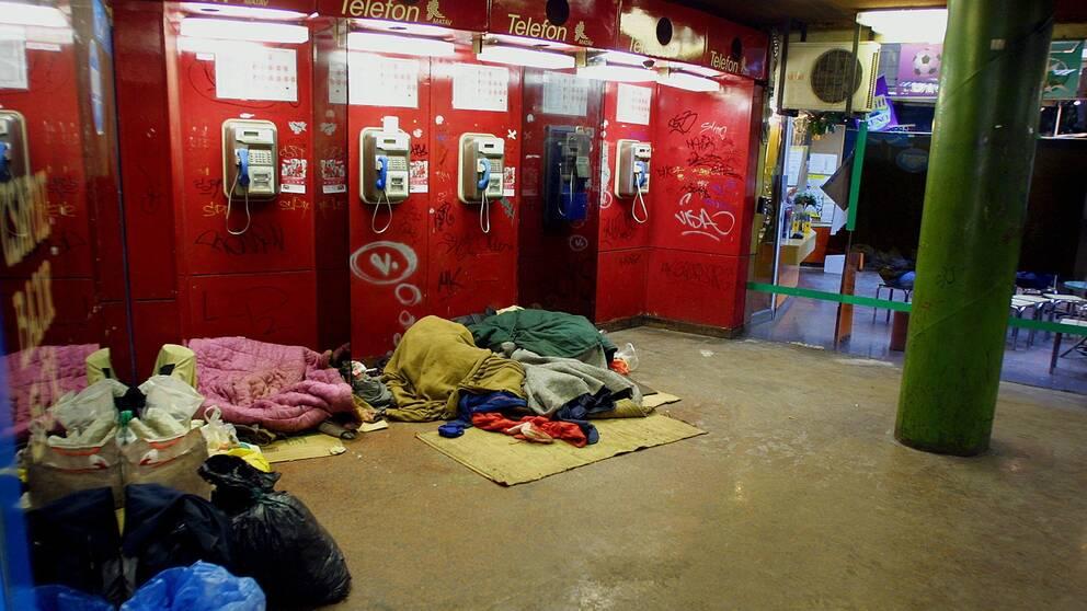 Hemlösa i Budapest, Ungern sover i en telefonkiosk.