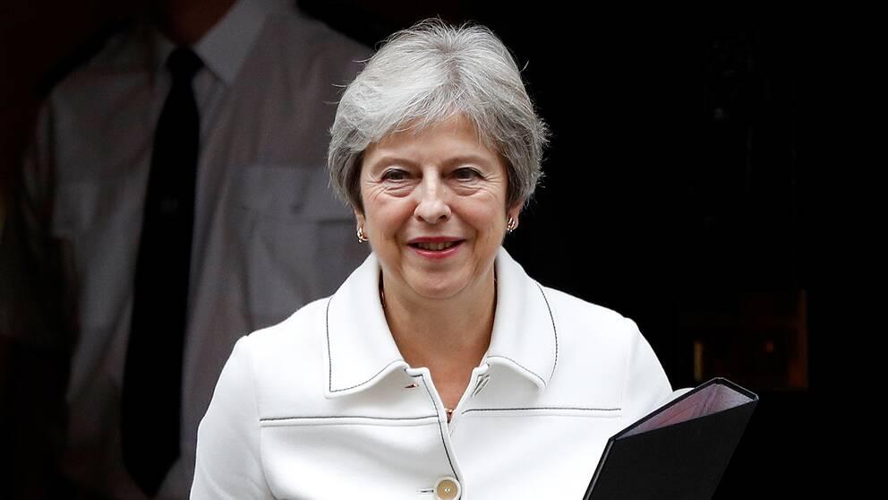 Theresa May på väg till det brittiska parlamentet under måndagen.