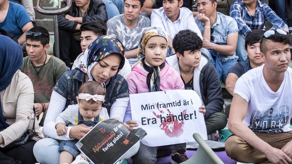 Ensamkommande asylsökande som manifesterar på Medborgarplatsen i Stockholm för att stoppa utvisningarna till Afghanistan sommaren 2017. Arkivbild.
