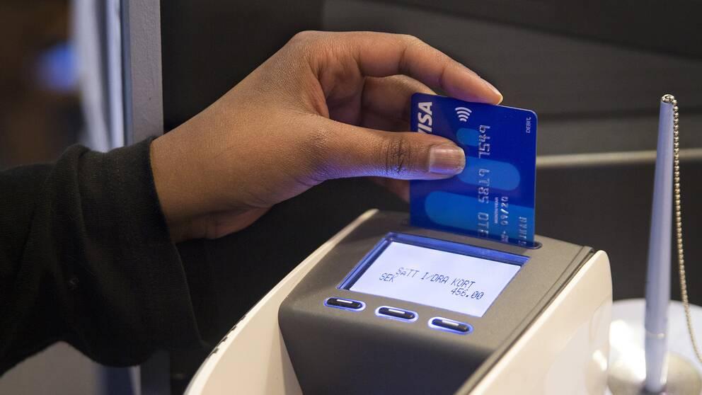En kvinna betalar med kort.
