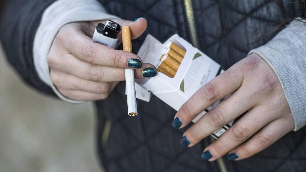 En tjej som röker.